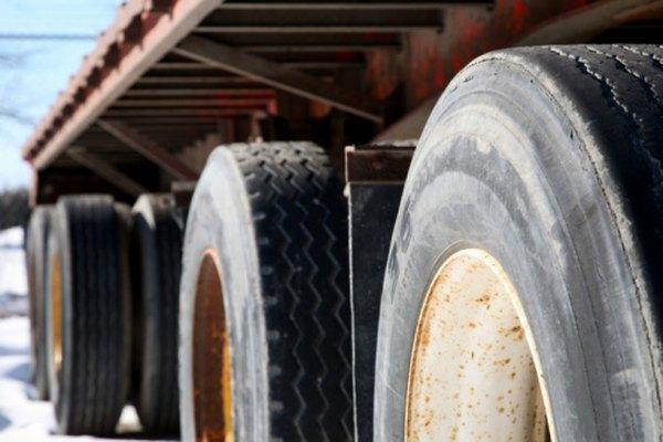Incluso los conductores más habilidos requieren mucha práctica para llevar marcha atrás a un camión con un remolque.