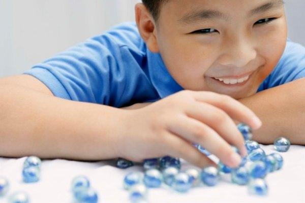 Muchos tipos diferentes de juegos de canicas para niños y adultos se juegan en todo el mundo.