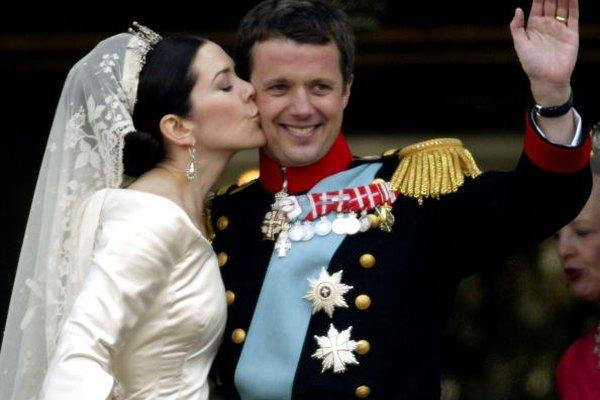 Mery de Dinamarca usando una mantilla sobre una tiara en su boda con el Príncipe Frederik.