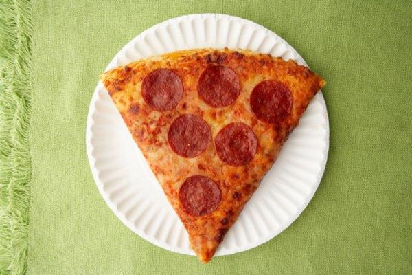 Una rebanada de pizza es una fracción de la pizza entera.