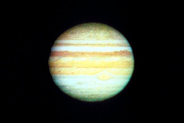 La ligera inclinación de Júpiter provoca sólo cambios estacionales muy pequeños.