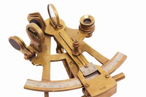 El sextante puede ser usado para determinar la latitud mediante la búsqueda de la elevación del sol.