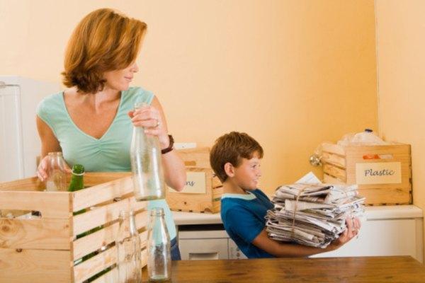 Hacer un póster sobre reciclaje educa a las familias sobre qué y cómo reciclar.