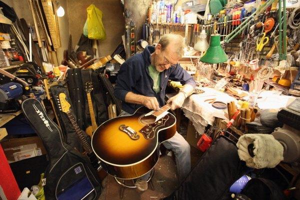 Muchos guitarristas prefieren el aceite de linaza para condicionar los diapasones no tratados.