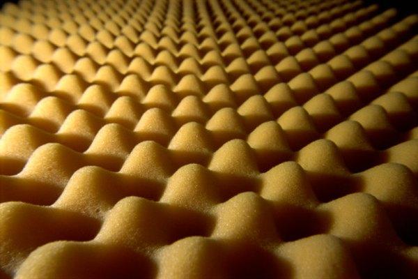 La goma espuma puede evitar que el huevo se rompa porque la espuma absorbe una gran parte del impacto.