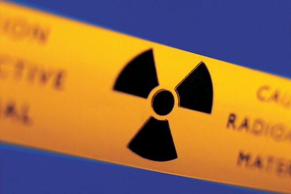 Los elementos tales como el uranio emiten varios tipos de partículas radiactivas.