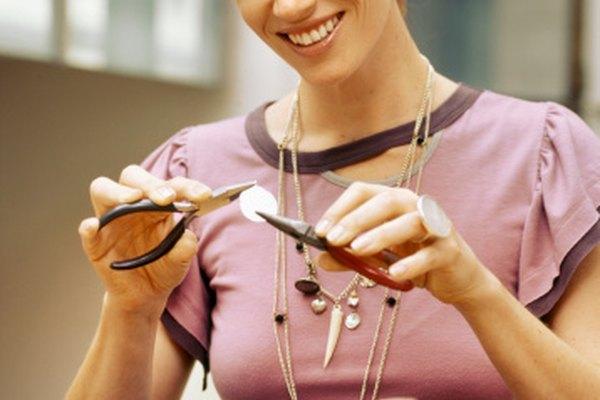 Hacer joyas de metal a menudo implica el uso de muchas herramientas pequeñas.