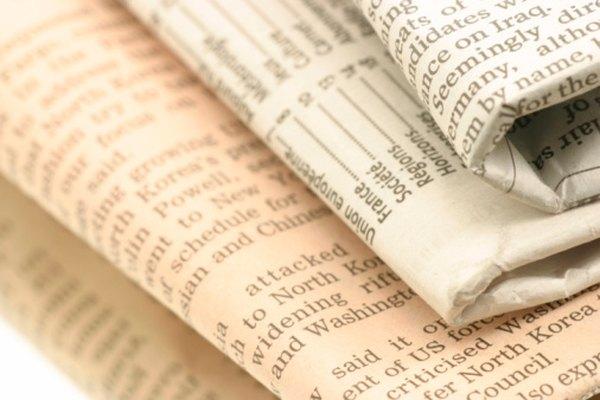 Usa papel de periódico viejo para hacer una máscara de papel maché.