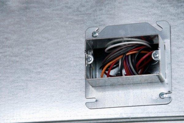 Las cajas eléctricas metálicas cubren el cableado eléctrico.