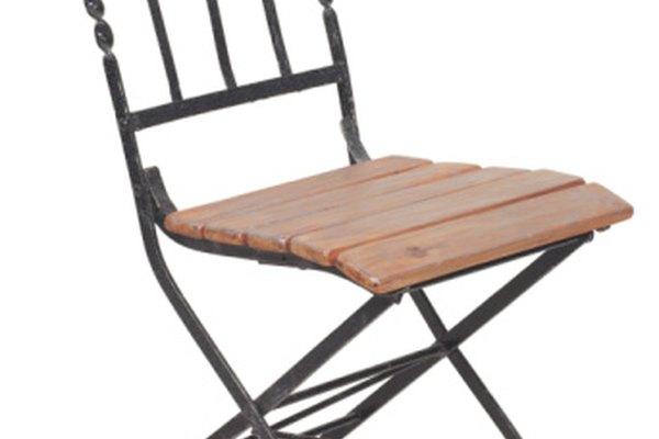 Esta silla contiene metal (material conductor) y piezas de madera (material no conductor).
