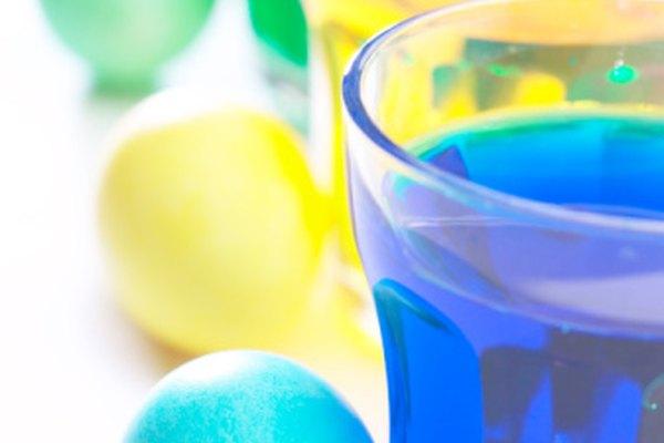 Puedes convertir agua con color en cristalina usando un filtro.