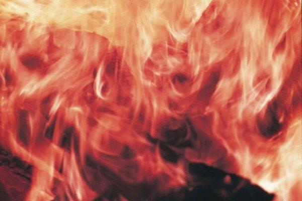 El tinte rojo de esta llama puede ser causado por la presencia de cloruro de litio o cloruro de estroncio.