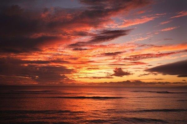 Los atardeceres de la playa de Hawaii son amados por los turistas y lugareños.