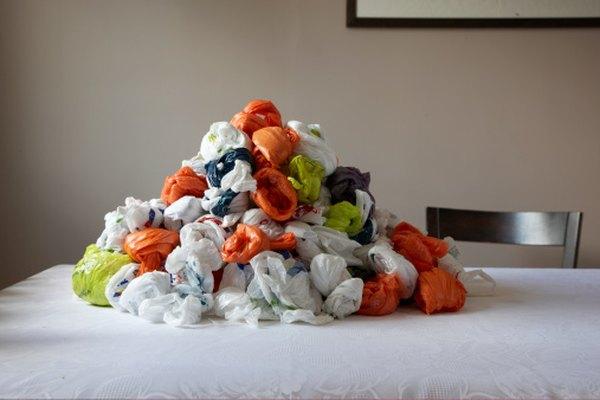 Al igual que muchos productos no biodegradables, las bolsas de plástico común se acumulan en los vertederos y atestan la Tierra.