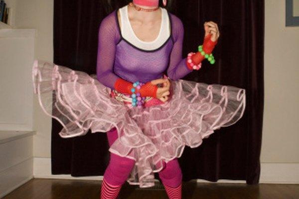 La indumentaria y el maquillaje para el teatro pueden acentuar la atmósfera del escenario y los personajes retratados.