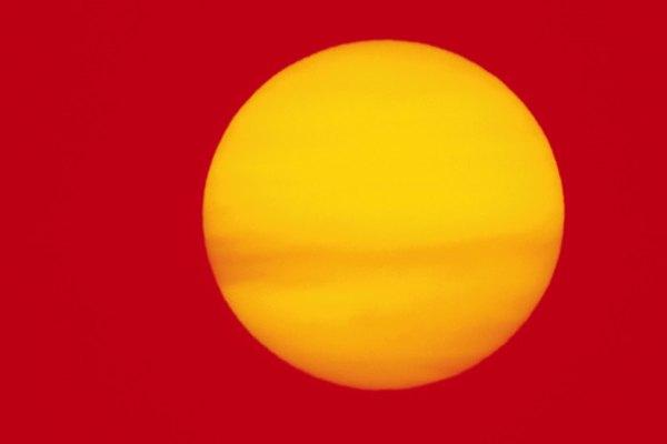 Observa cómo el calor de los rayos del sol impacta sobre el agua de diferente forma según el color.