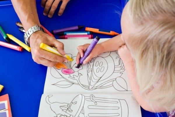 Padres e hijos pueden compartir tiempo de calidad con crayolas y libros de colorear.