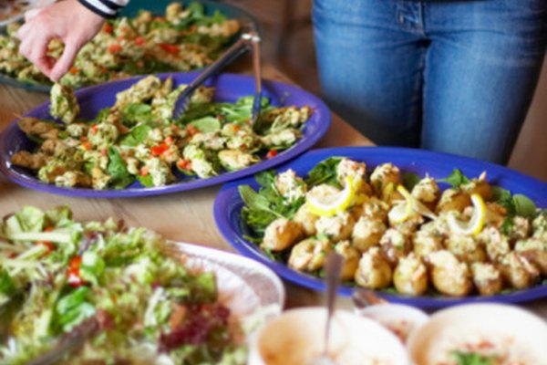 Sirve los alimentos que sean fáciles de hacer para una multitud.