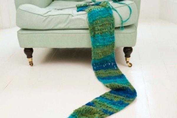 Tejer una bufanda con agujas de tejer.