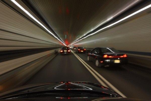Una historia de aventura puede incluir una persecucción de autos a altas velocidades.