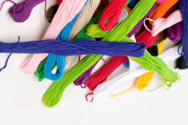El hilo de lana puede ser usado para crear trenzas de colores.