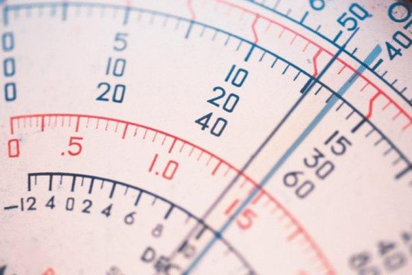 Un multímetro analógico muestra voltaje en una escala impresa.