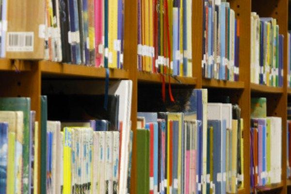 Libros en los estantes de la biblioteca: las tiras blancas tienen información de clasificación.