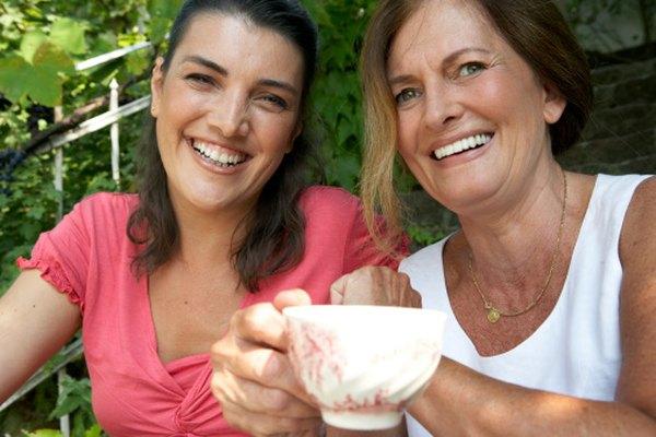 Los juegos en fiestas de té proporcionan una oportunidad de que los invitados socialicen.