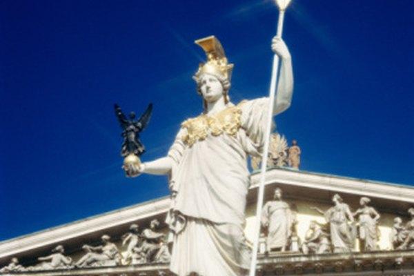 Las estatuas de Atenea a menudo la muestran con una lanza o escudo.