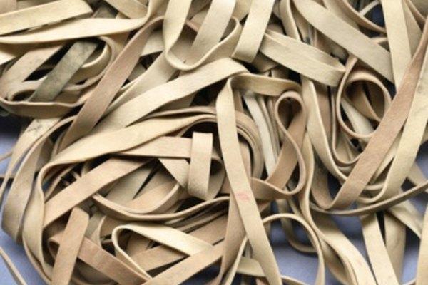 Al unir bandas elásticas puedes hacer un collar o una cadena.