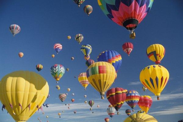 Los globos de aire caliente disminuyen la densidad del aire en su interior al calentarlo.