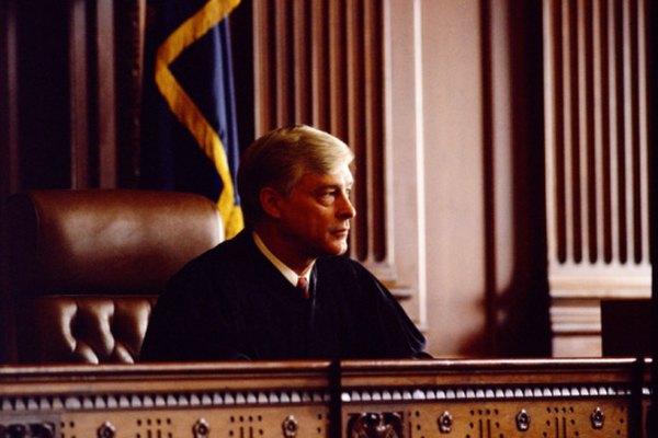 Escribir una carta para dirigirte a un tribunal es un procedimiento oficial.