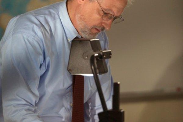 El papel acetato que los maestro utilizan en las pantallas de proyección se llaman diapositivas.
