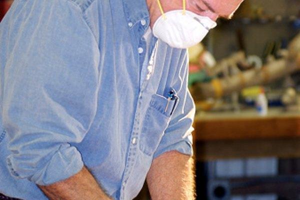 Los trabajadores de la madera usan alcohol metílico para limpiar la madera después del lijado.