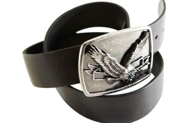 Las hebillas de los cinturones se fabrican con alpaca, debido a que es resistente y brilla.