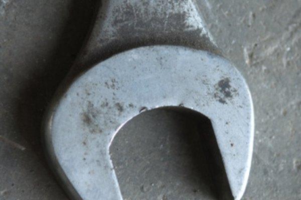 Utiliza una llave de 15 a 16 pulgadas (38 a 40 cm) para retirar la hoja de una cortadora Troy-Bilt.