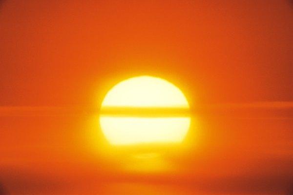 La luz del sol contiene todas las frecuencias de la luz.