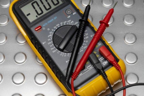 Usa un ohmímetro digital para medir la resistencia en un cable eléctrico
