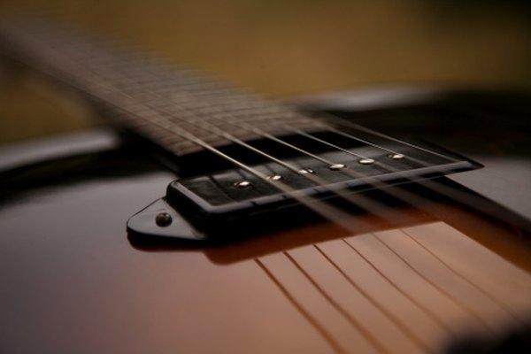 Colocar un capotraste en la guitarra cambia el sonido de las cuerdas.