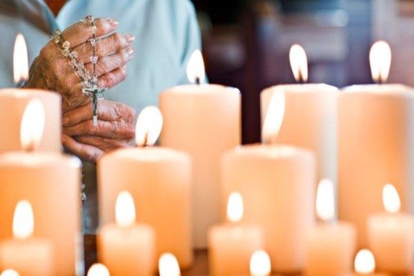 La velas que cambian de color pueden ser hechas agregando mecha con diodo emisor de luz.