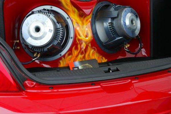 La fibra de vidrio es usada a menudo para moldear cajas de altavoces para interiores de autos.