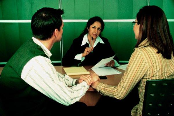 Los consejeros matrimoniales deben completar al menos un título de maestría en la mayoría de los estados.