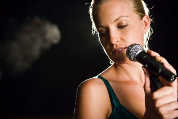 Cantando con emoción.