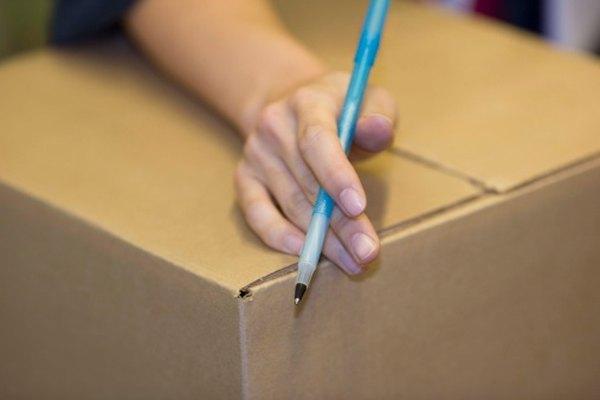 Etiqueta un paquete como un sobre para enviarlo por correo más fácil.