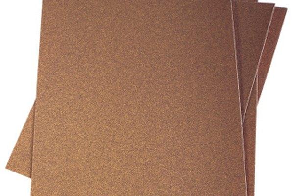 El papel de lija elimina los acabados esmaltados para obtener una mejor cobertura.