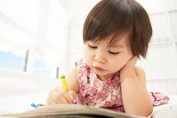 Colorear y otros proyectos de arte son una forma para que los niños pequeños puedan interacturar con los colores.