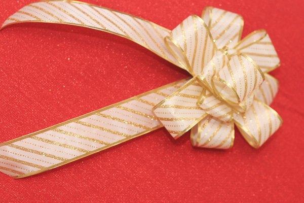 Decora tu árbol de Navidad con lazos de cinta caseros.
