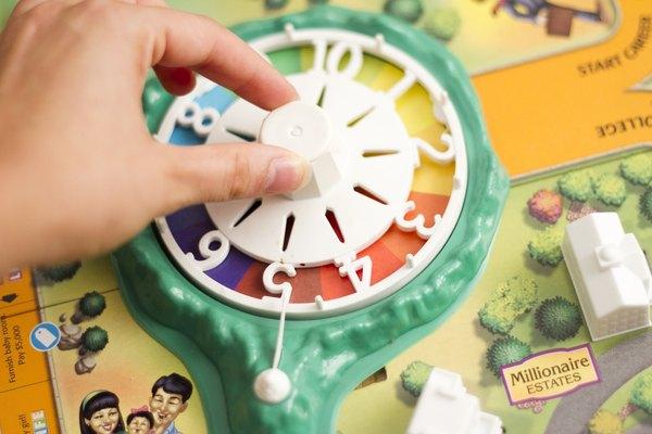Todos los jugadores giran la rueda, y quien obtenga el número más alto va primero y siguen los demás jugadores en sentido del reloj.