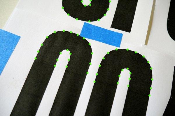 Haz las marcas de las curvas de las letras redondeadas.