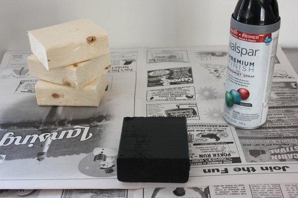 Pinta los bloques de madera con capas finas de pintura.